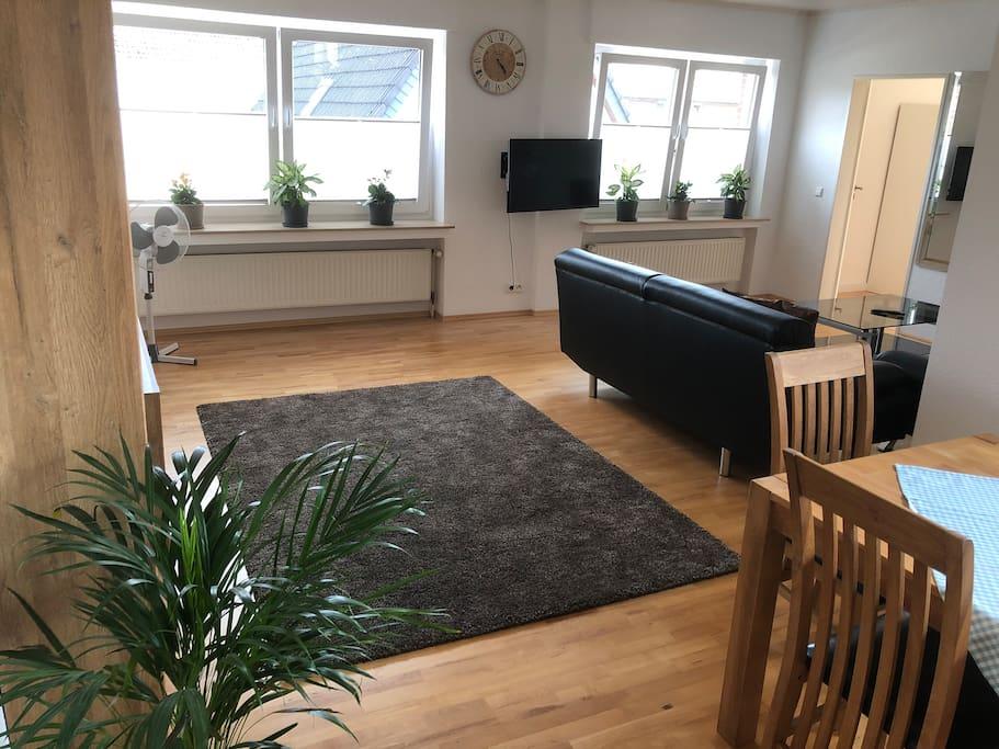 Großes Wohn-/Esszimmer mit Echtholzparkett