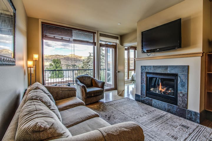 Cozy two-suite condo with community pool and hot tub, lake views!