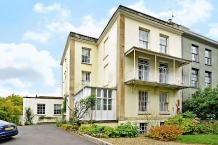 Two Double Bed Garden Flat Clifton - Бристоль