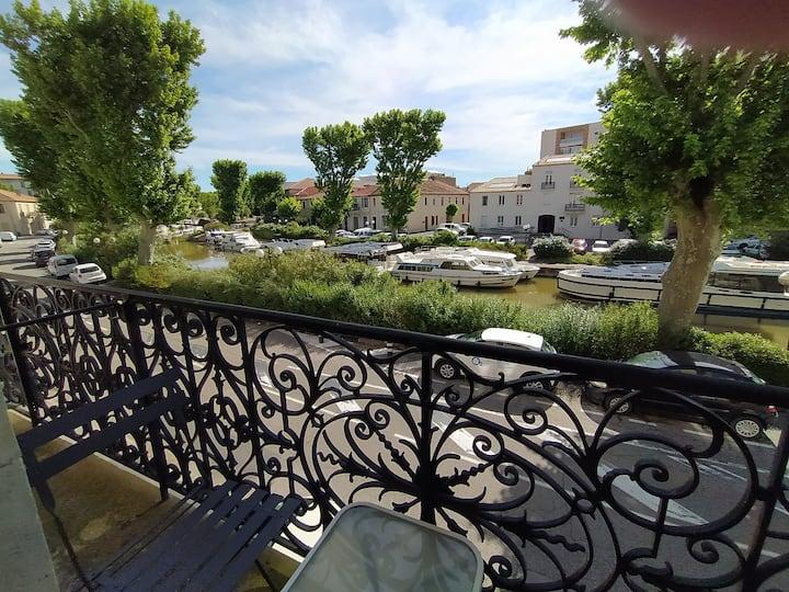 Appartement avec balcon, bord du canal.