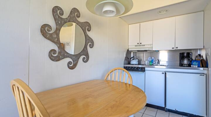 One Bedroom Apartment on the First Floor of beautiful courtyard grounds!