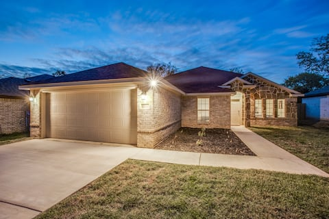 Beautiful Home 10 minutes from Six Flags and AT&T