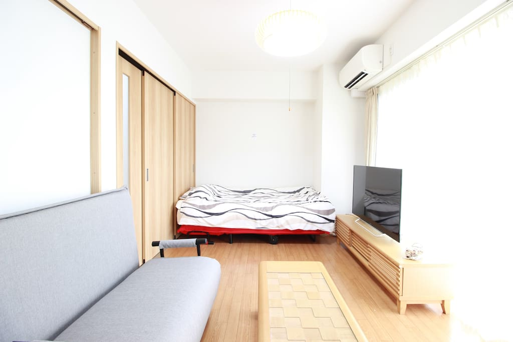 【Living room】A single bed, a single sofa bed, a tv and a coffee table