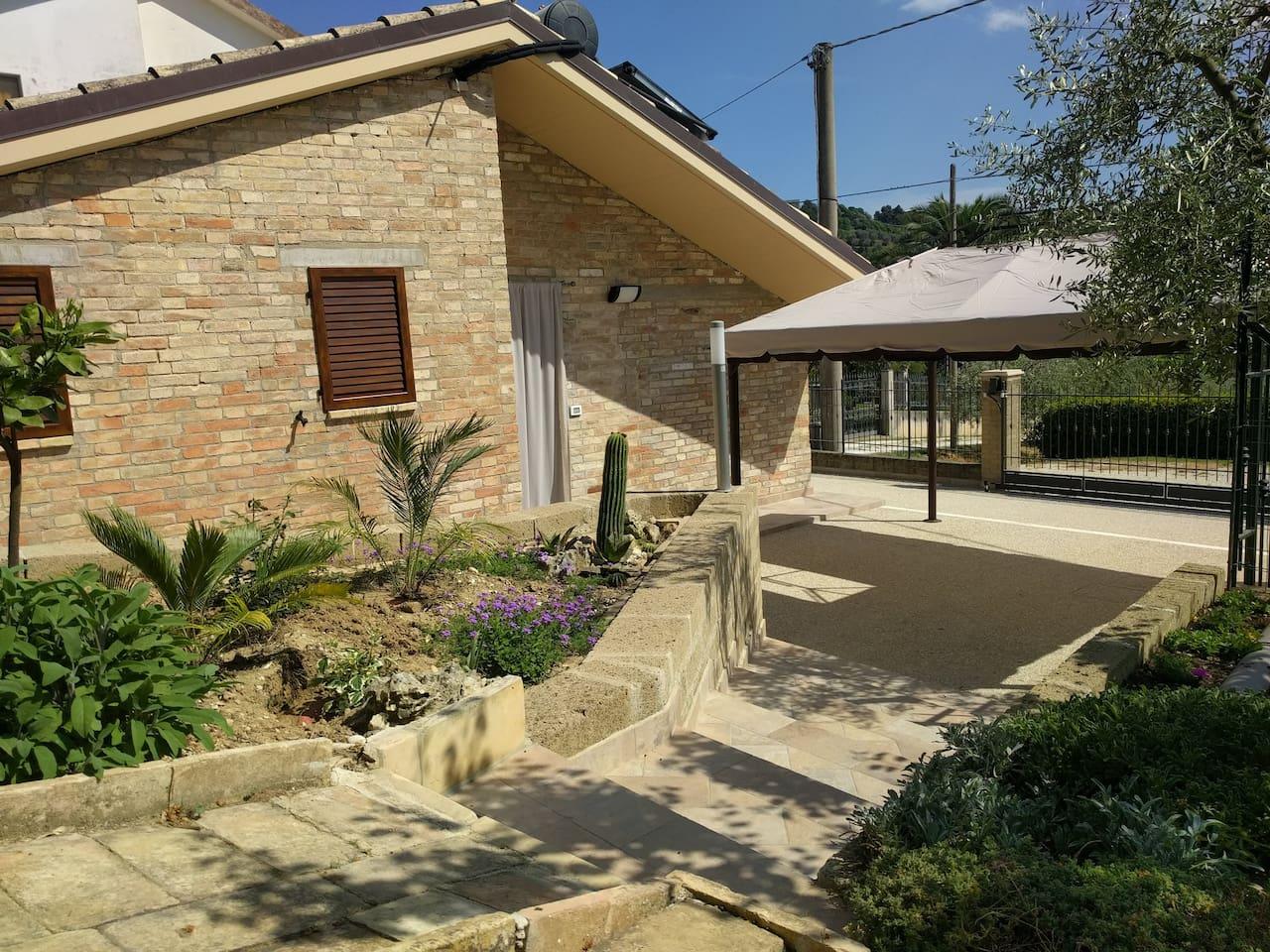 Cortile con gazebo - Front yard