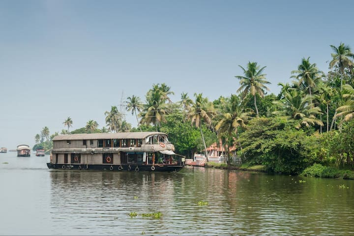 Humble and Lake view Houseboat Stay