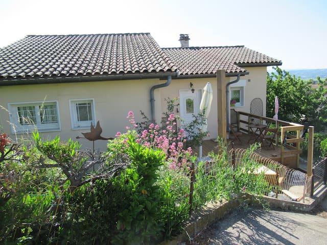 Chambre calme (3). Jolie maison. Vue et terrasse.