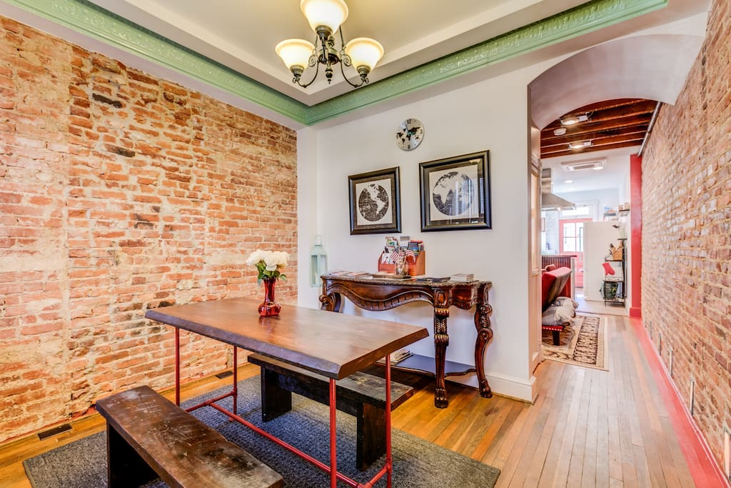 The foyer of the rowhouse features a dining table for 6 along with a large array of maps, brochures and useful guides/information for your stay in Washington, DC.