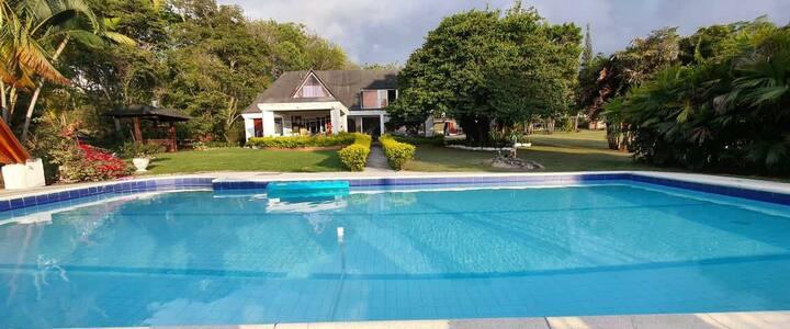Espectacular chalet con piscina y Jacuzzi!