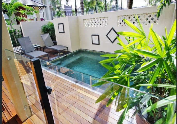 Cairns Resort Living with Private Pool Sleeps 8 *Free WIFI* Parking 12min from Airport