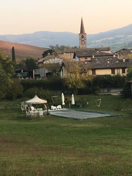 La vista dalla collina, con il paese sul retro