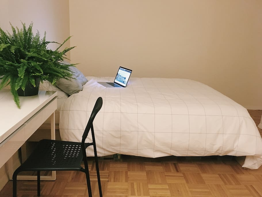 Queen bed with comfortable memory-foam matress