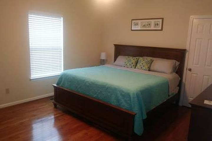 A1-Private Room w/Bath#2 Very Close to DT &12th S.