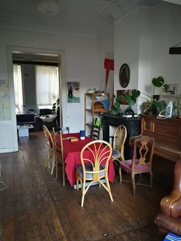 Grand chambre indépendante dans une colocation