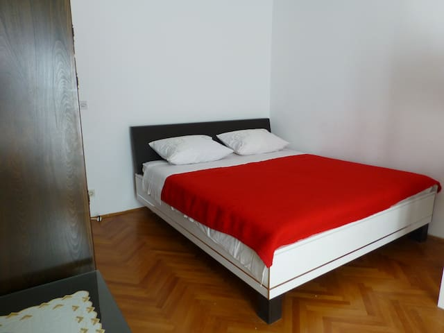 Big room with double bad, shared bathroom, parking