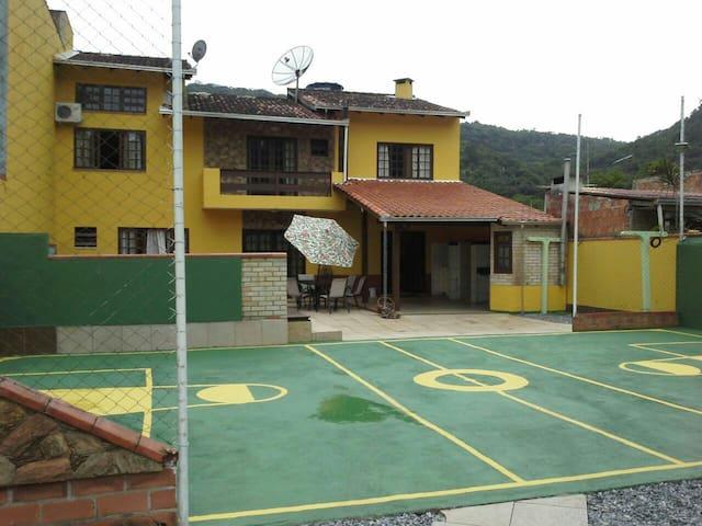 Alugo Sobrado em Balneário Camboriú