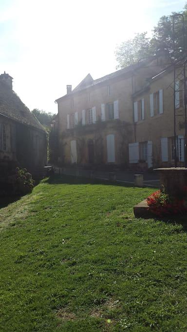 huis in de late middag, gezien vanaf de kerk