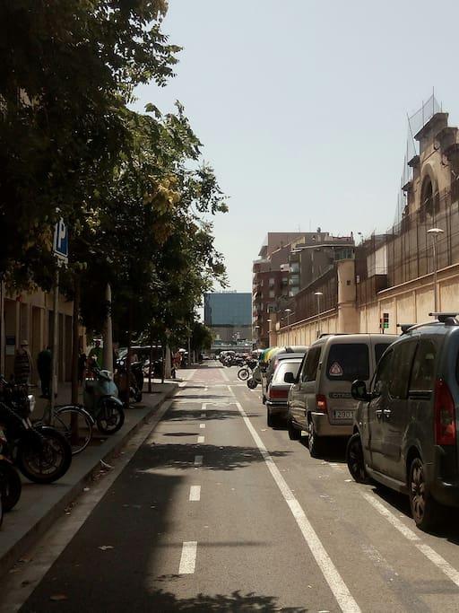 Sants station / street provença 5 minutes walk / 5 minutes à pied