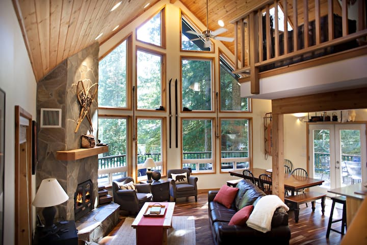Luxury Mountain Lodge near Mt Baker Ski Area, Hot tub, WIFI, Fireplace, 3 baths