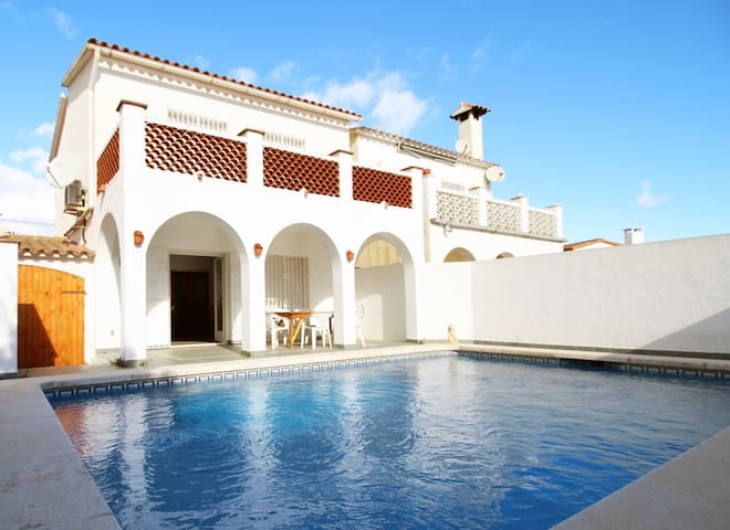 IN QUIET AREA OF THE SPANISH VENICE (EMPURIABRAVA). HIKING, MOUNTAIN BIKING, RELAX, ARE AMONG THE MANY ACTIVITIES YOU CAN DO. SWIMMING POOL. AIR CONDITIONING.