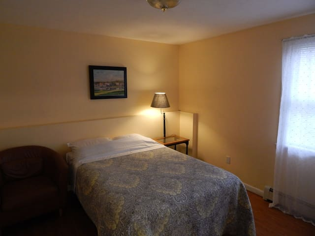 Spacious One Bedroom suite w/ Private Living Room - Monroe - Guest suite