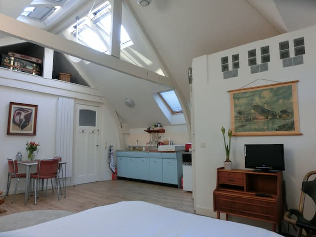 Vintage Attic Studio in Historic Townhouse - Róterdam - Loft