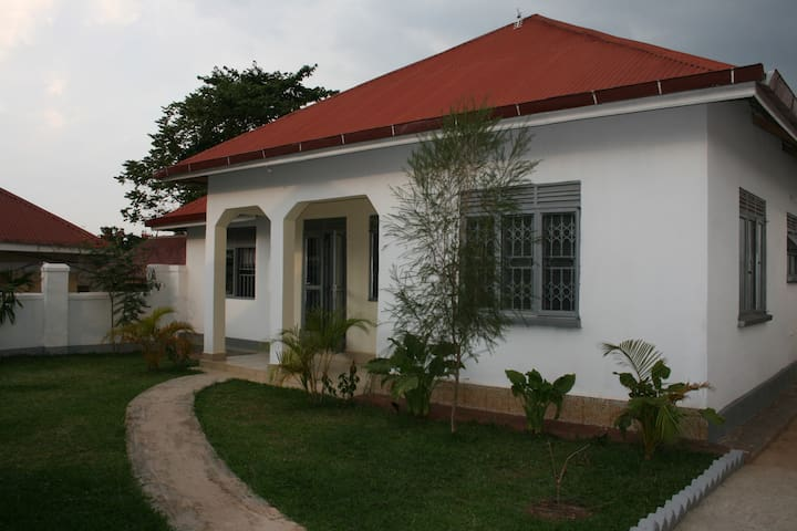 The White Villa - Mukono - Casa