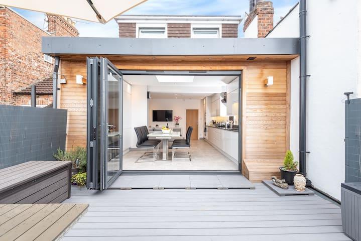 Modern & minimalist duplex apartment, sleeps 6!