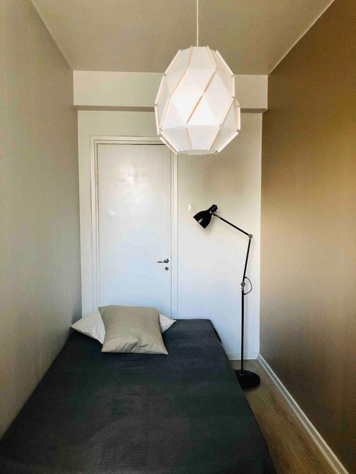 Vuokrataan huonetta valoisasta keskusta kolmiosta