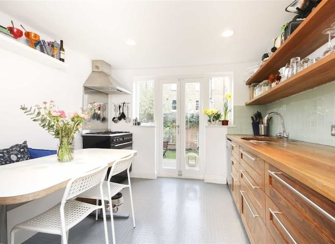 Lovely Tufnell Park townhouse on quiet leafy road.