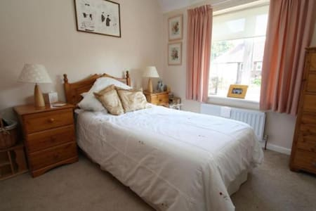 Newly refurbished private bedroom - Dagenham