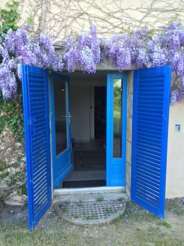 Entrée de votre studio, accès direct au jardin