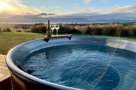 Fiordland Eco-Retreat ☆ Panoramic Views ☆ Hot Tub