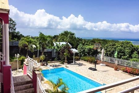 Haut de villa avec piscine et vue mer à 180° - Vila