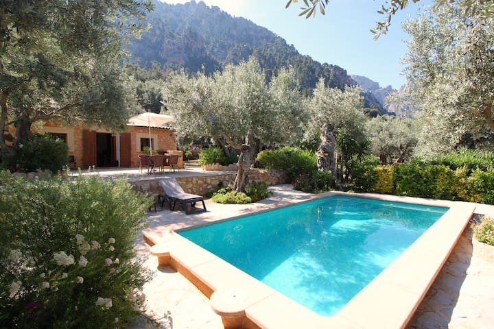 Casita en la montaña con piscina y bonito jardín