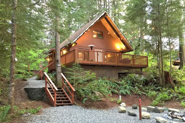 Snowline Cabin #98 A pet friendly cabin with a wood stove, hot tub and wifi!