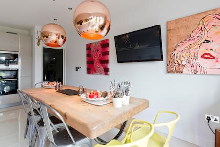 A luxury suite for up to 4 people - Shepperton - House