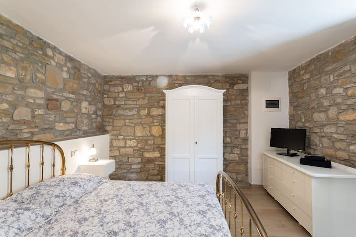 Larger groups (>7 guests) can have access to the second part of the house: additional master bedroom nr. 5
