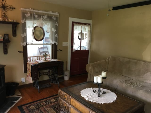 Country charm 150 year old Farmhouse~Room B