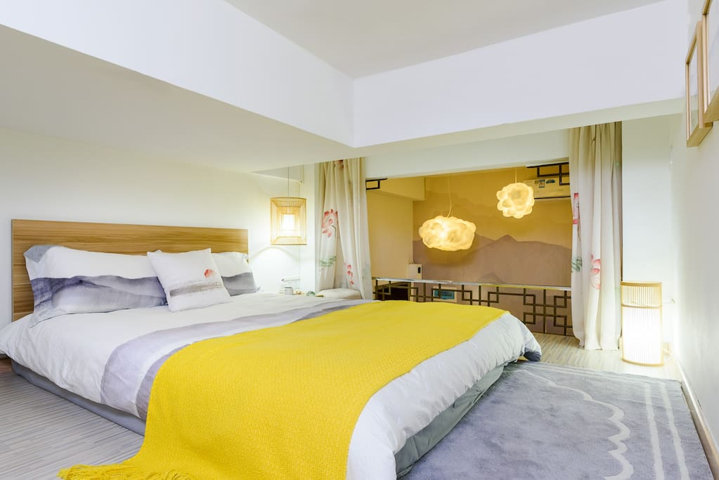 复式卧室区域-禅意水墨床品与荷花垂帘、木饰灯与客厅云状灯饰相结合