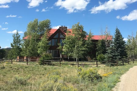 Peaceful Meadows: 9 Bed/10 Bath Home on 40 acres - Bed & Breakfast