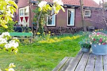 Comfi Beach Cottage situated in your PRIVATE Orchard garden with FIVE idyllic intimate seats. Enjoy (in spring) the beautiful Blossom from: the Pear-, Apple-, Cherry- and Plum trees. FREE FRUIT picking in autumn
