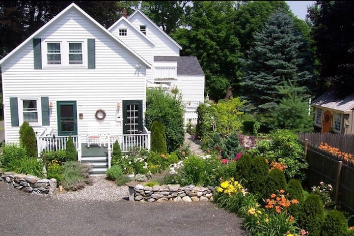 Marigold Cottage in the heart of downtown Camden!