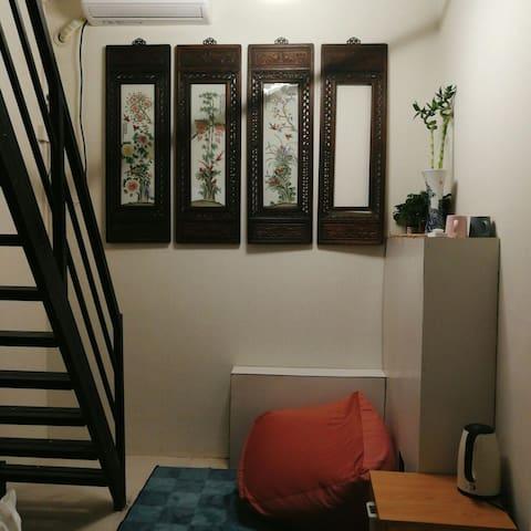 【后海小院>天字二号房】  小loft有独立的小客厅与卧室,临近后海恭王府北海南锣