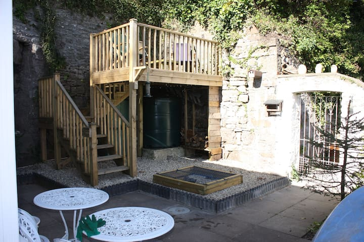 Walled courtyard and balcony area