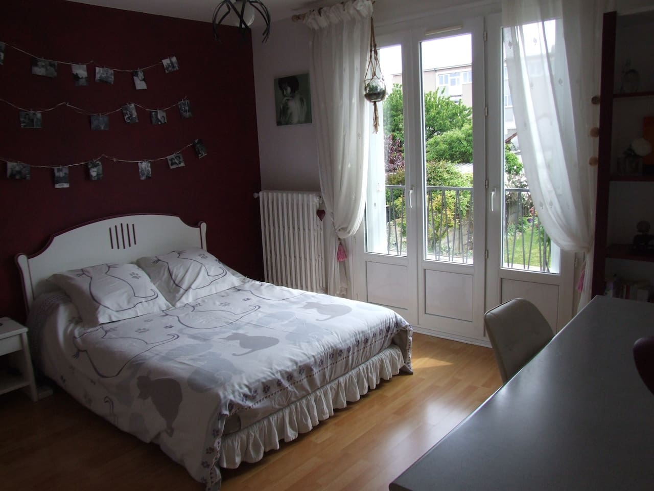 Chambre de + de 15 m2 avec balcon donnant sur jardin