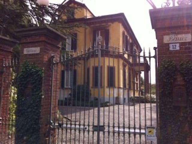 Splendida camera con bagno privato - Airali - Villa