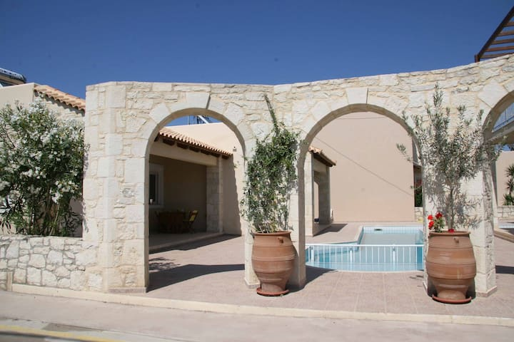 Villa Kouros - Beach front house- family friendly - Malathiros - Willa