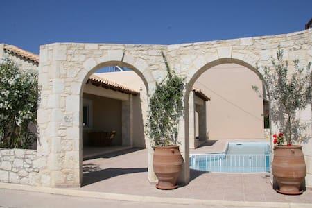 Villa Kouros - Beach front house- family friendly - Malathiros