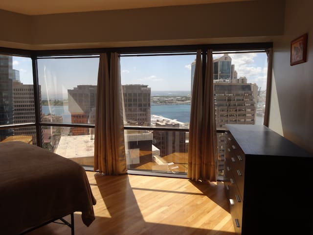 Downtown 2BR+Den free parking+Wifi AC Ocean Views