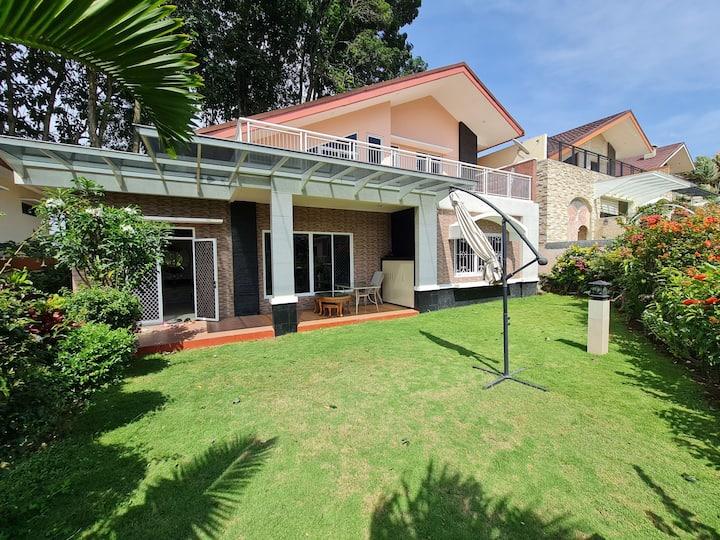 Cozy family getaway villa @ Gunung Geulis